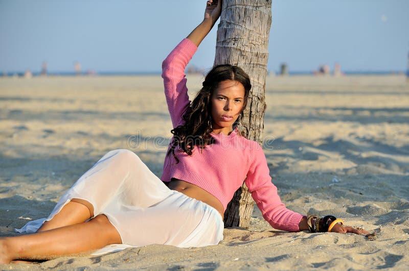 Donna biracial del bello youn sulla spiaggia immagine stock libera da diritti