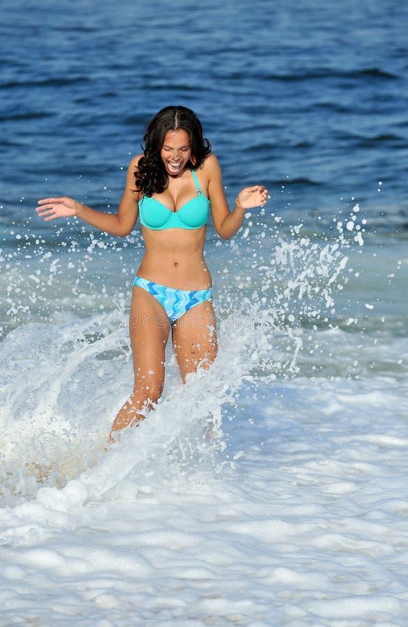 Donna biracial Stunning alla spiaggia immagine stock libera da diritti