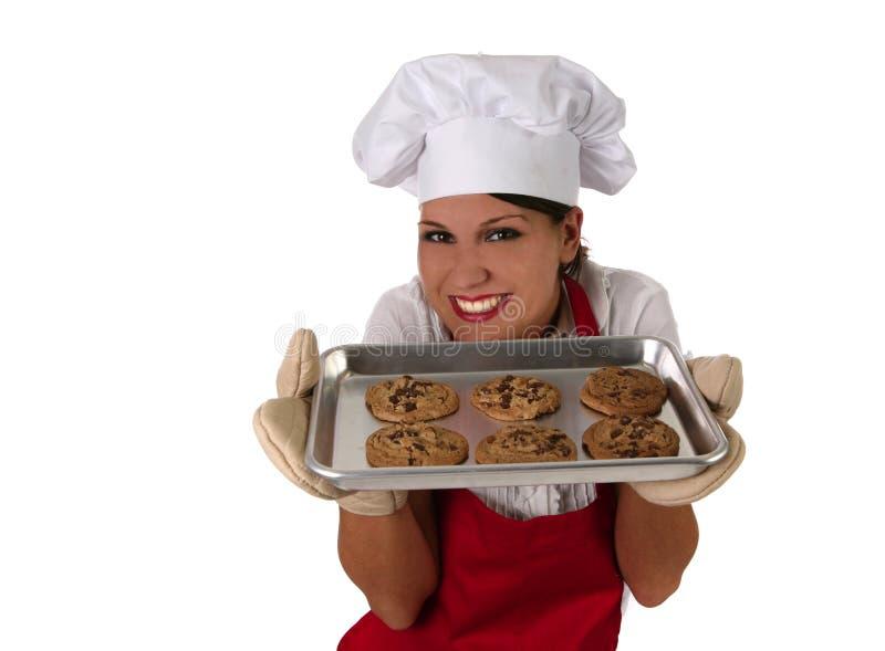 Donna in biscotti di cottura del grembiule immagini stock libere da diritti