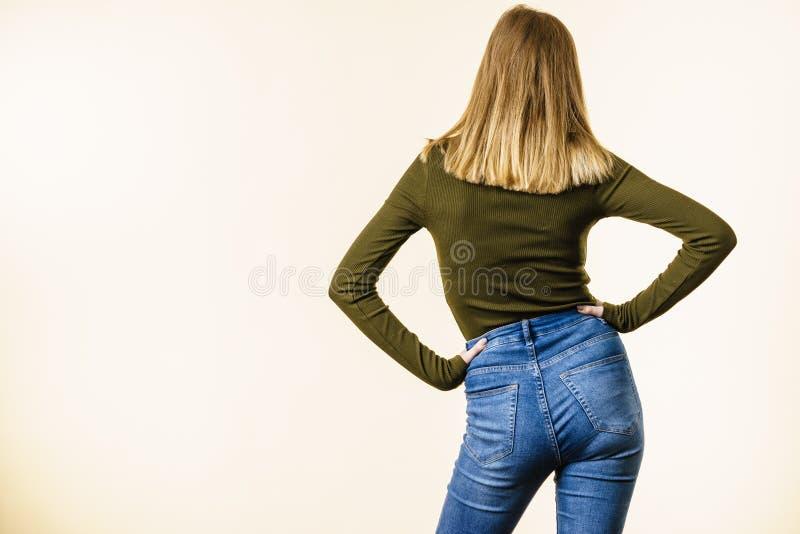 Download Donna In Blue Jeans Che Stanno Indietro Immagine Stock - Immagine di vestiti, curve: 117981645