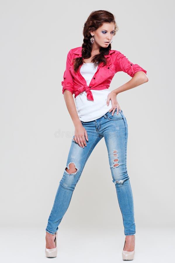 Donna in blue jeans e camicia rossa immagine stock libera da diritti