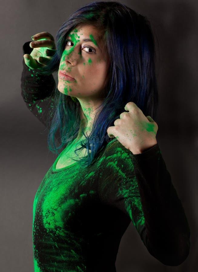 Donna in body nero coperto in polvere verde fotografie stock libere da diritti