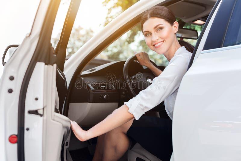 Donna Bossy Donna di affari che viene fuori la sua automobile immagini stock libere da diritti