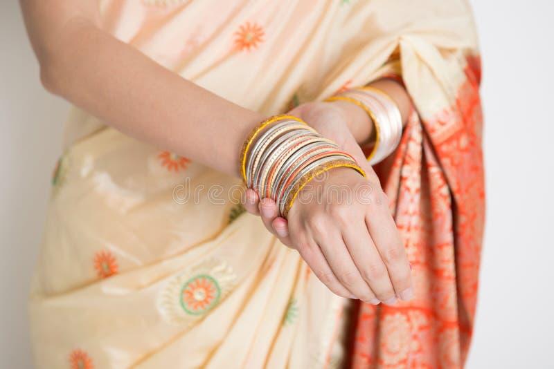 Donna in braccialetti d'uso del vestito indiano dai sari fotografie stock