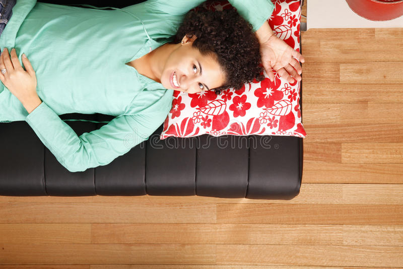 Donna brasiliana di Jung che dorme sul sofà fotografia stock libera da diritti