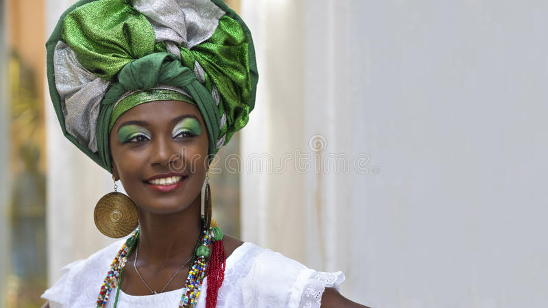 Donna brasiliana vestita in abbigliamento tradizionale di Baiana in Salvador, Bahia, Brasile immagini stock libere da diritti