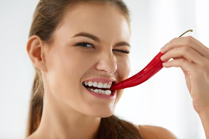 Donna in buona salute che mangia Chili Pepper rosso piccante Dieta, concetto dell'alimento fotografia stock libera da diritti