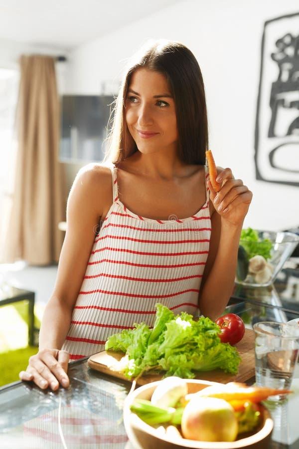 Donna in buona salute che mangia le verdure in cucina Dieta di perdita di peso fotografia stock