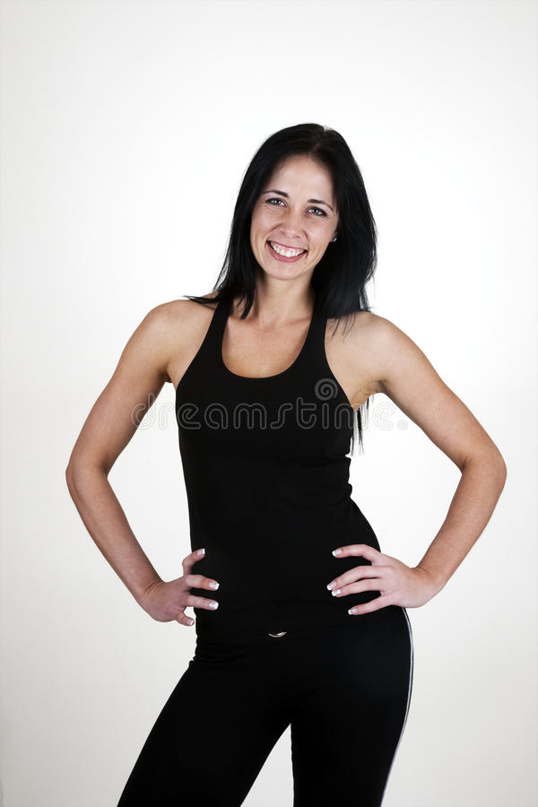 Donna in buona salute che si leva in piedi con le mani sulle anche immagini stock libere da diritti