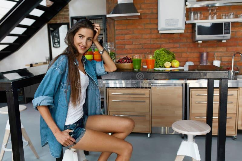 Donna in buona salute in cucina con i frullati della disintossicazione Nutrizione di forma fisica fotografia stock libera da diritti