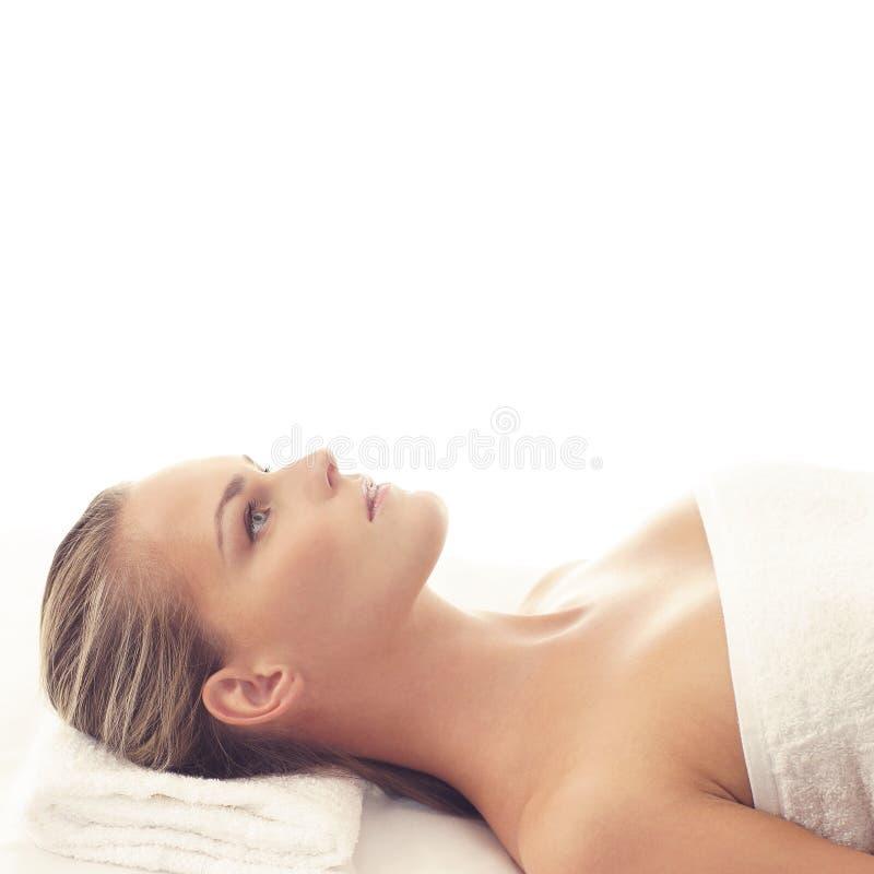 Donna in buona salute e bella in stazione termale Ricreazione, energia, salute, massaggio e guarire immagine stock libera da diritti