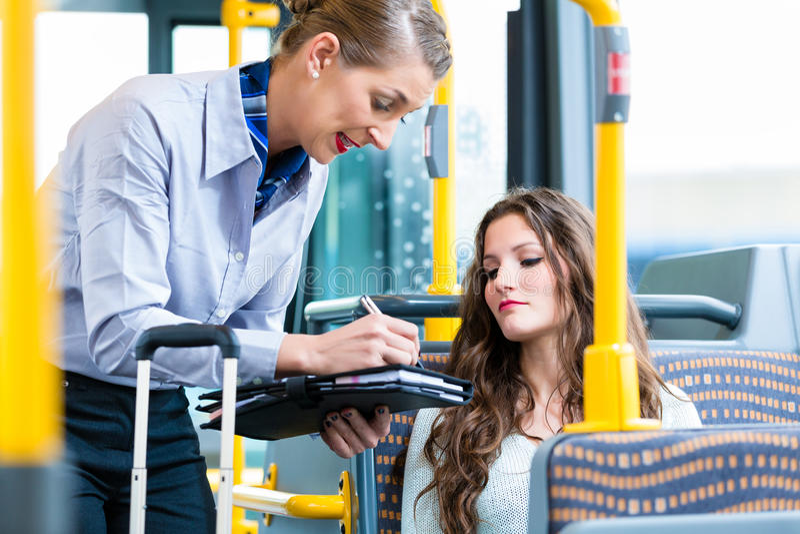 Donna in bus che non ha biglietto valido ad ispezione fotografia stock