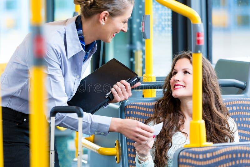 Donna in bus che non ha biglietto valido ad ispezione immagini stock libere da diritti