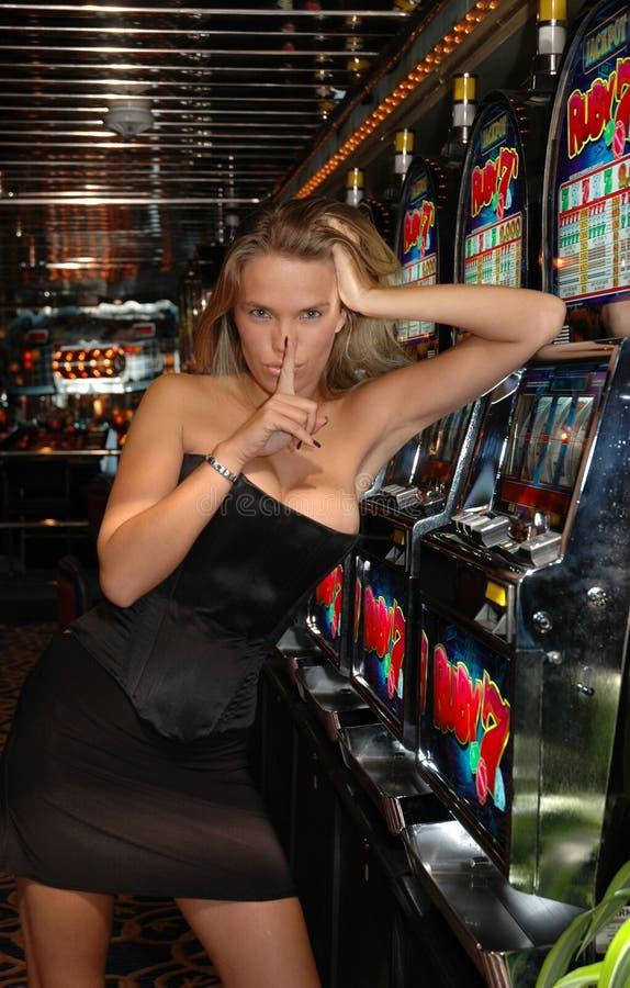 Donna calda bionda - segreto - slot machine - gioco fotografia stock libera da diritti