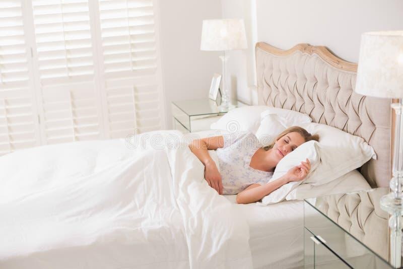 Donna calma naturale che riposa a letto fotografia stock libera da diritti