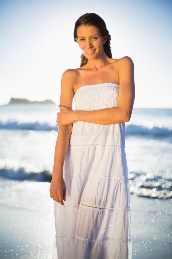 Donna calma nella posa bianca del vestito da estate fotografia stock libera da diritti