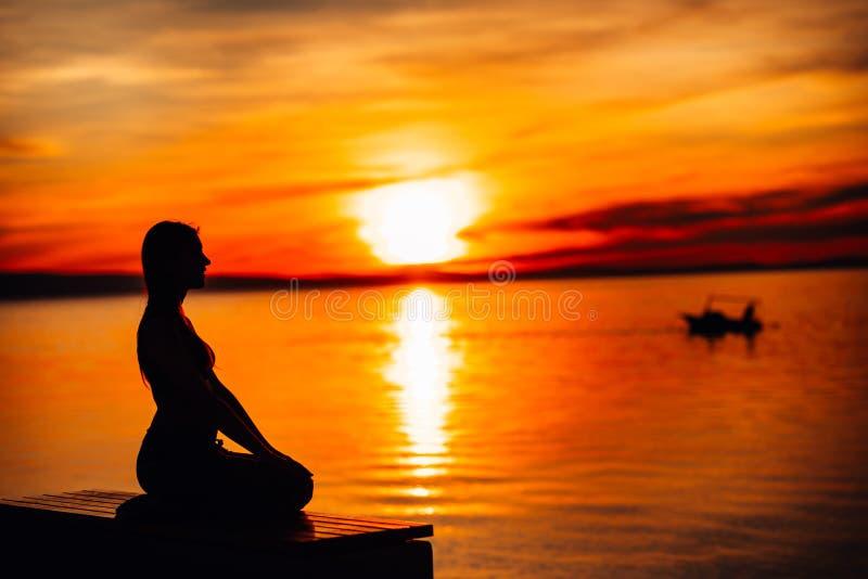 Donna calma spensierata che medita in natura Individuazione della pace interna Pratica di yoga Stile di vita curativo spirituale  fotografie stock libere da diritti