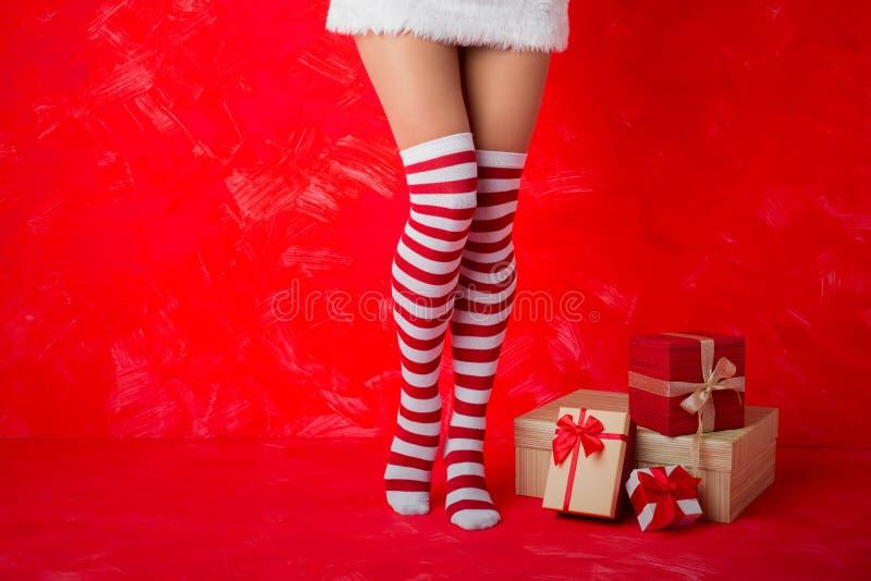 Donna in calzini funky che stanno accanto ai presente immagine stock