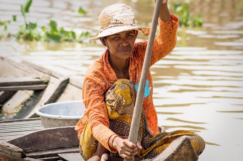 Donna cambogiana locale che canta lungo il lago Tonle Sap, Puok, provincia di Siem Reap, Cambogia fotografia stock