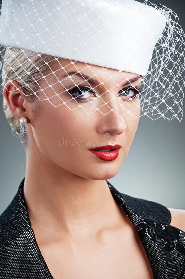 Donna in cappello bianco con il velare netto fotografia stock libera da diritti