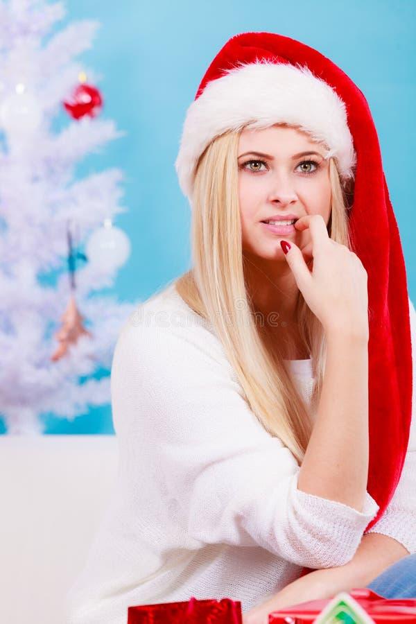 Donna in cappello di Santa che prepara i regali di natale fotografia stock libera da diritti