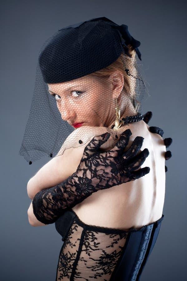 Donna in cappello e velo e biancheria intima fotografie stock libere da diritti