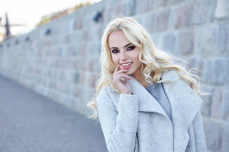 Donna in cappotto di autunno immagine stock
