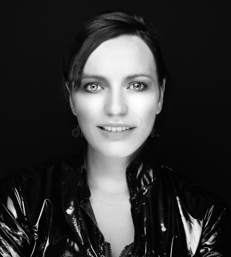 Donna in cappotto di cuoio nero fotografia stock