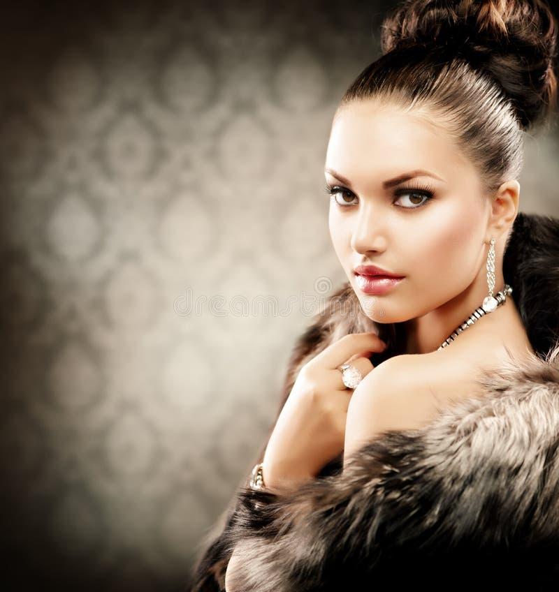 Donna in cappotto di pelliccia di lusso fotografia stock