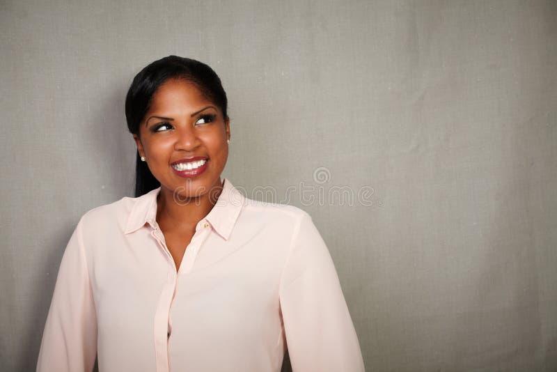 Donna carismatica che guarda a partire dalla macchina fotografica fotografie stock libere da diritti