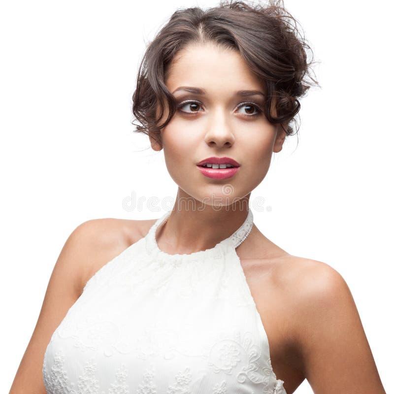 Donna castana attraente in vestito bianco fotografia stock libera da diritti