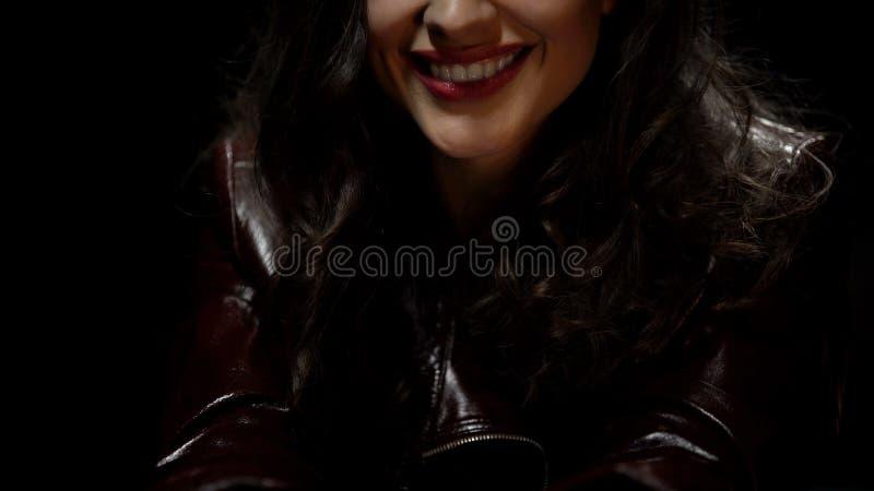 Donna castana che sorride durante la datazione di velocità, cercante la relazione, flirt fotografia stock libera da diritti
