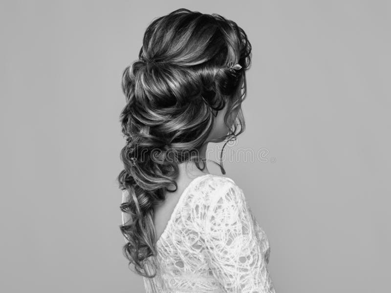 Donna castana con capelli ricci lunghi e brillanti fotografia stock