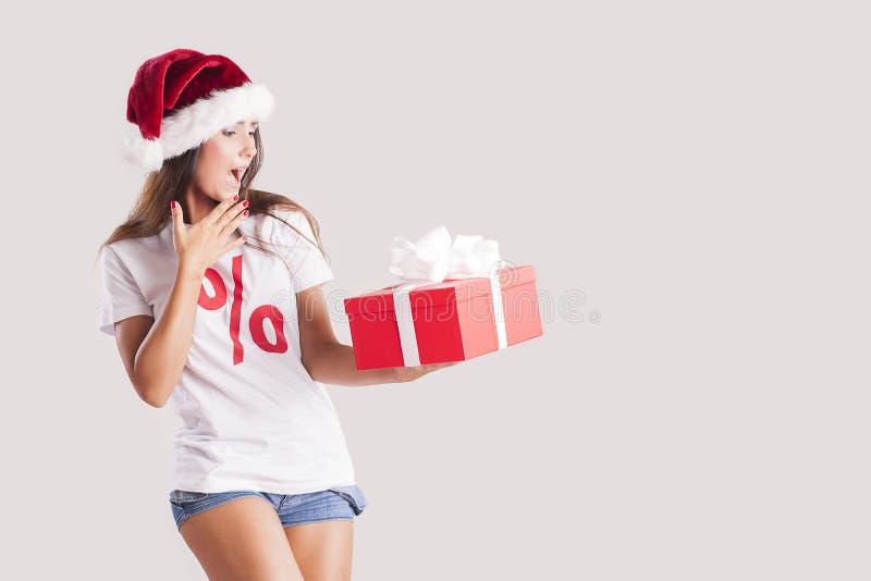 Donna castana con i regali di natale immagine stock libera da diritti