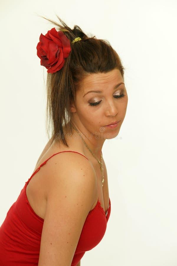 Donna castana con il fiore in suoi capelli immagine stock libera da diritti