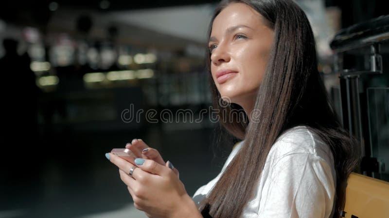 Donna castana con il telefono che sorride, alto vicino Giovane felice professionale della donna di affari Bello castana multietni immagine stock libera da diritti