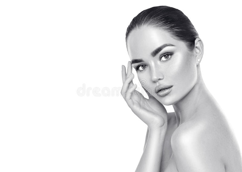 Donna castana della stazione termale di bellezza che tocca il suo fronte Skincare immagine stock