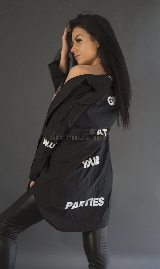 Donna castana di bellezza del ritratto dello studio del primo piano che indossa i vestiti neri fotografie stock libere da diritti