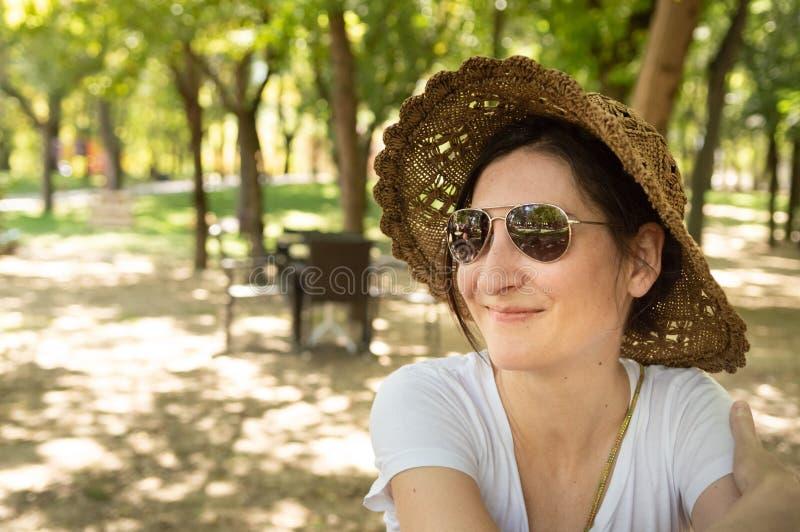 Donna castana felice che gode dell'estate in un'area di ricreazione immagini stock libere da diritti
