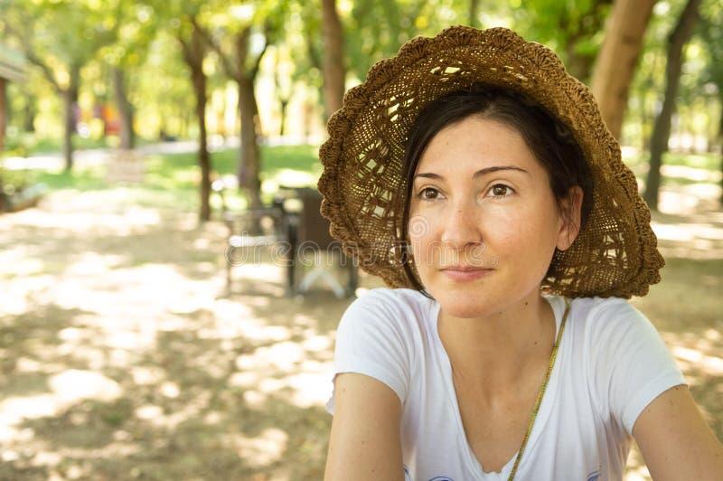 Donna castana felice che gode dell'estate in un'area di ricreazione fotografie stock libere da diritti