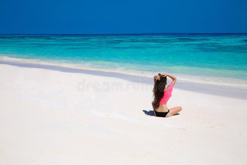 Donna castana felice che gode sulla spiaggia esotica di estate dal tropi fotografie stock libere da diritti
