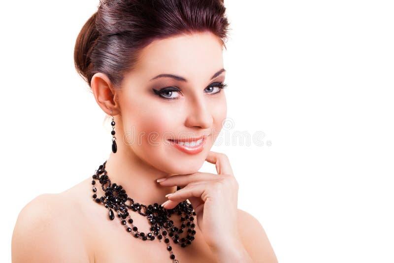 Donna castana sorridente attraente che esamina la macchina fotografica immagine stock libera da diritti