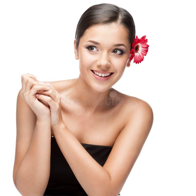 Donna castana sorridente attraente con i fiori in capelli fotografia stock