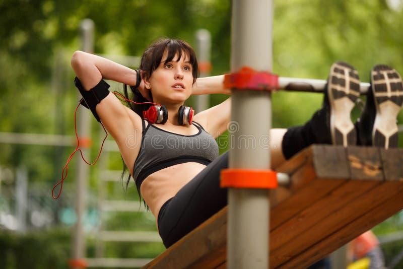 Donna castana in vestiti di allenamento che fanno gli sport immagine stock libera da diritti