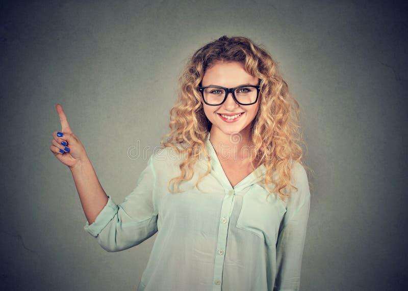 Donna casuale che fa una presentazione fotografie stock libere da diritti