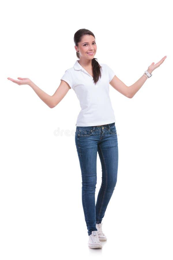 Donna casuale che vi accoglie favorevolmente immagine stock libera da diritti