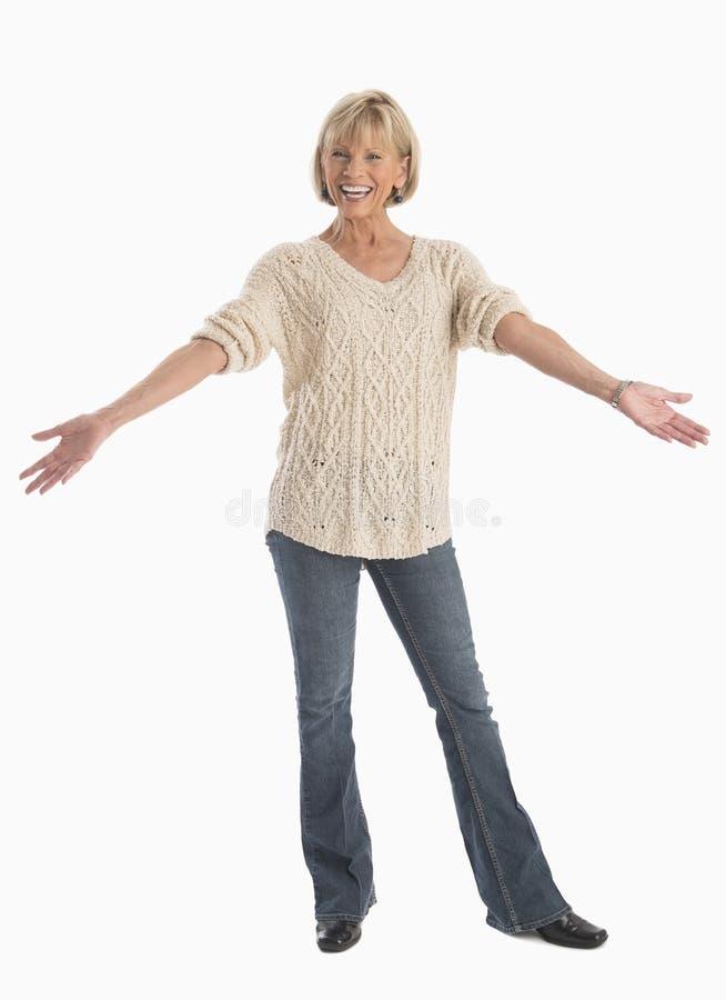 Donna in casuale con le armi stese sopra fondo bianco fotografie stock libere da diritti