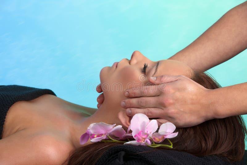 Donna caucasica attraente alla stazione termale fotografia stock