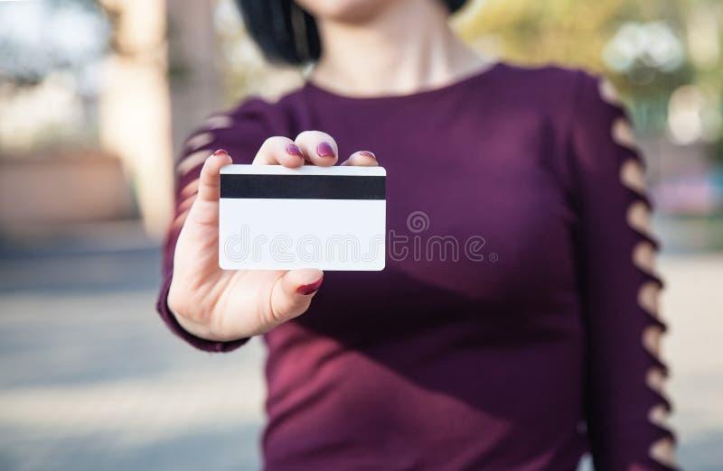 Donna caucasica che mostra la carta di credito immagini stock libere da diritti