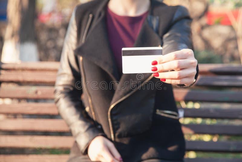 Donna caucasica che mostra la carta di credito fotografia stock